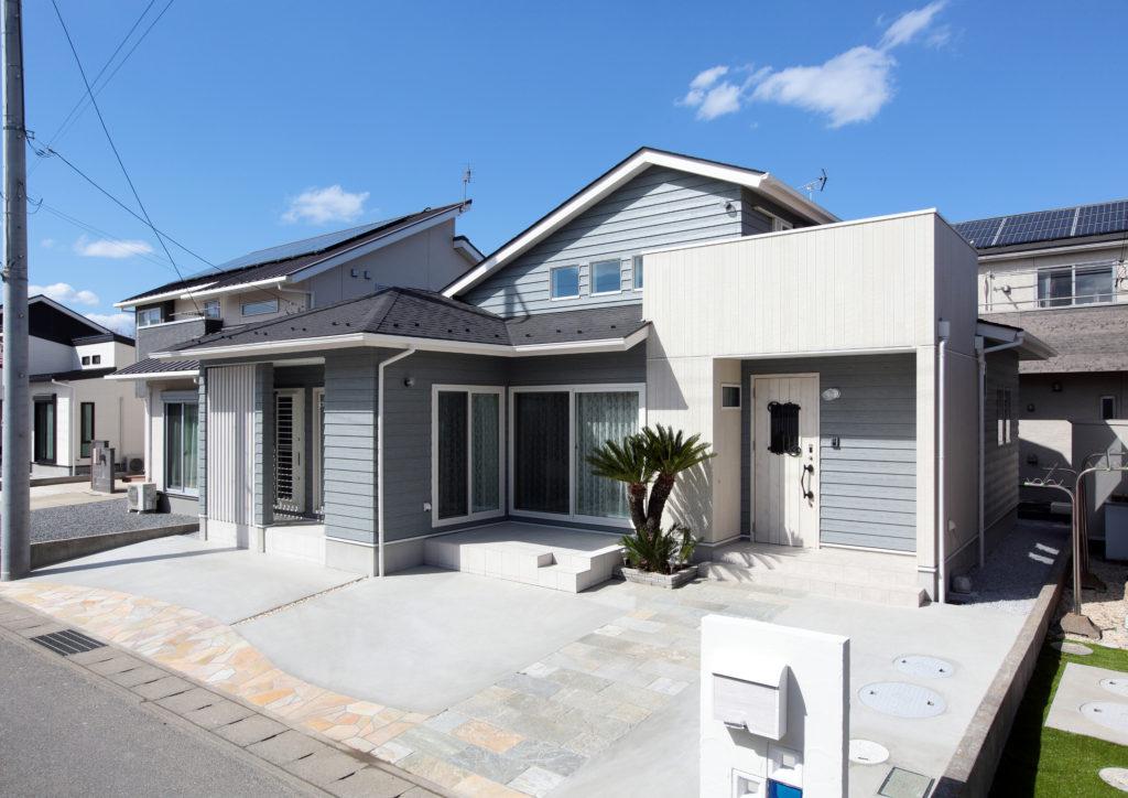 伊勢崎市 青空リビングのあるラップサイディング パイングレイッシュブルーがお洒落な ゼロエネルギー住宅