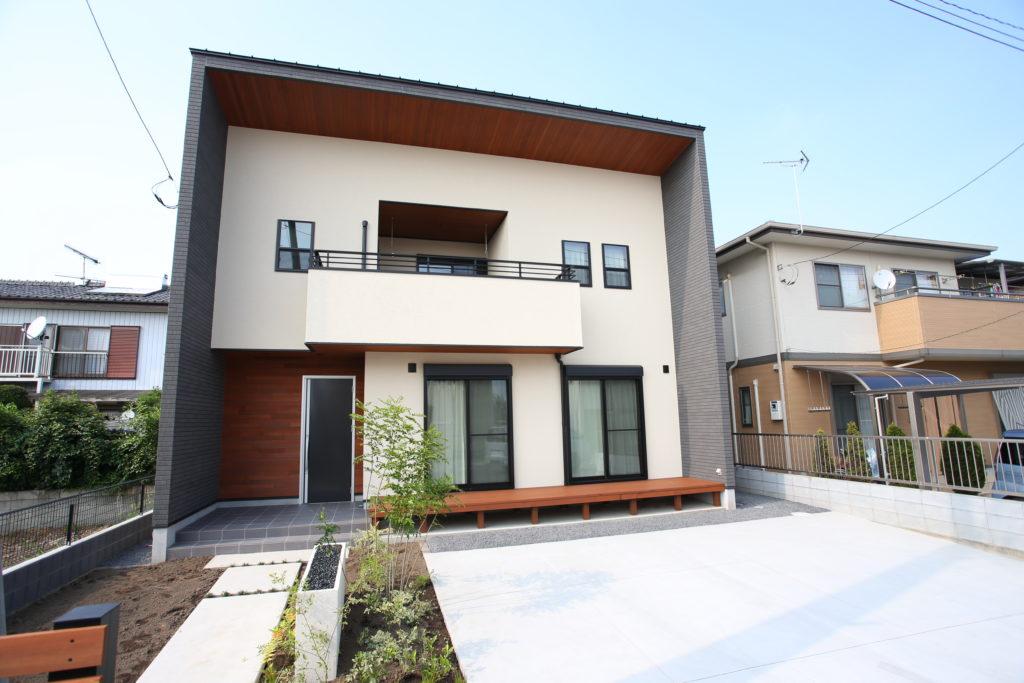 伊勢崎市 レッドシダーの軒が特徴的なキューブの家