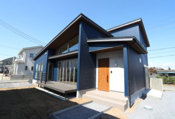 「太田市」ネイビーのガルバと黒縁の似合う家